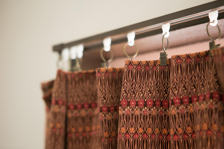 カーテンの代わりに普通の布地を挟むこともできるカーテンクリップというアイテムは手軽に部屋の雰囲気を変えられて便利