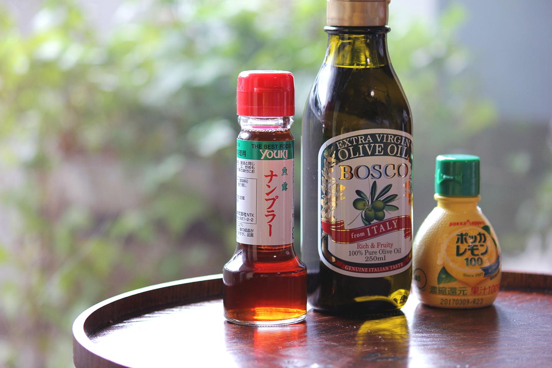 ドレッシングの材料。レモン汁やオリーブオイルは大抵のご家庭にあるでしょうし、ナンプラーもおそらく近くのスーパーでも手に入ります。にんにく、赤唐辛子、砂糖を加えた「辛くて、酸っぱくて、甘い」エスニックな味が食欲を刺激します