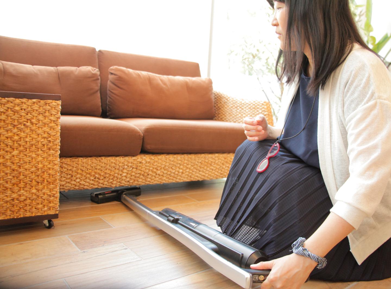 ソファの下にも入るスリム設計だからいちいち家具を動かさなくても掃除できる