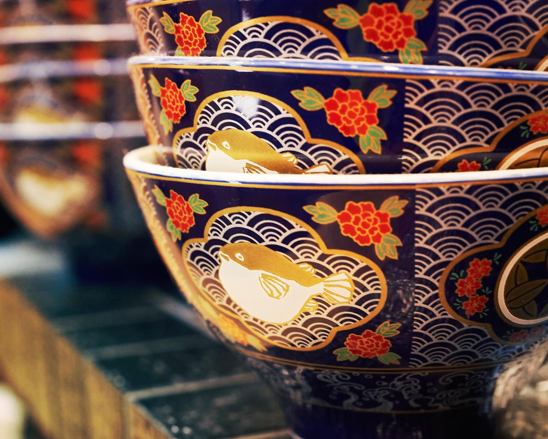 有田焼の窯元まで直接赴き、特注の器を依頼。しかも、塩味用と醤油味用の2パターンをオーダーするこだわりよう。お茶漬けにしやすいよう、注ぎ口が付いているのも特長です