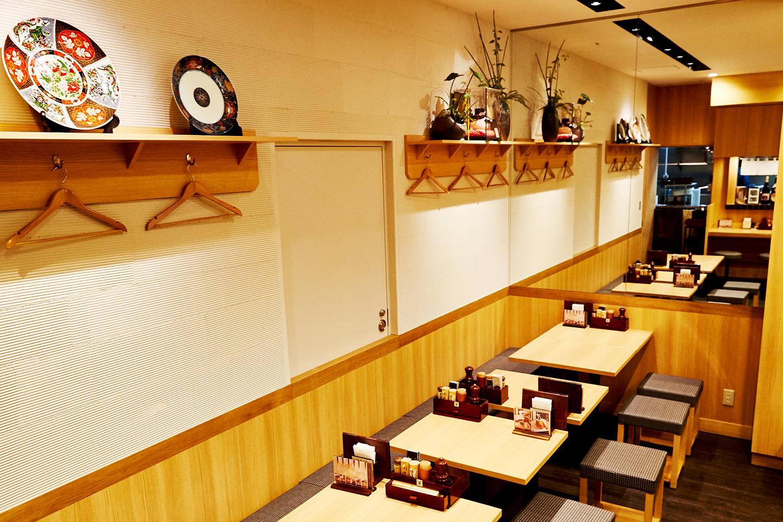 和モダンで清潔感あふれる、すっきりとした雰囲気の店内。7席のカウンターのほかに16席のテーブルがあり、日夜多くの女性がラーメンを楽しみながらワイワイとにぎわっています