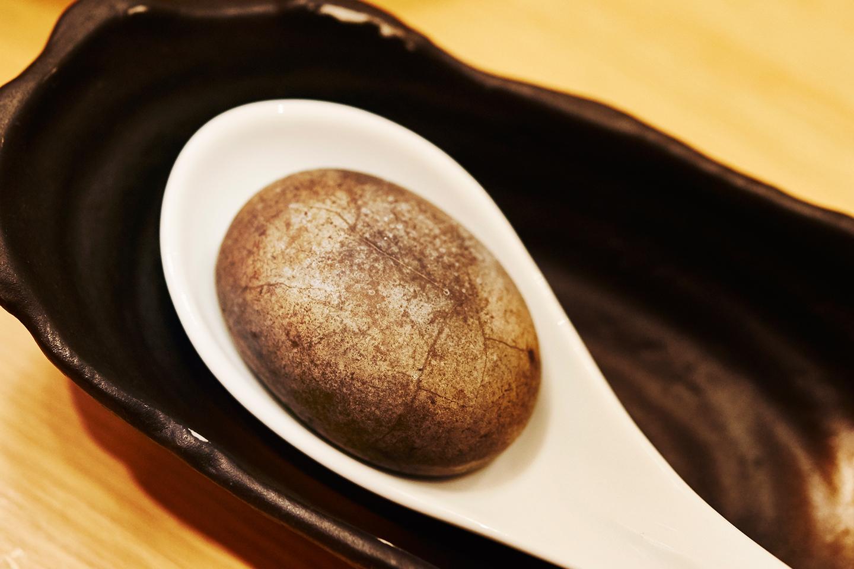 アツアツに熱せられた焼き石。スープに入れると「ジューっ」っという音とともに気泡が出て、温度を上昇させているのがよくわかります。つけ麺専門店以外で用意しているのは珍しいとか
