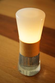 ソーラーシステムで蓄電する砂時計をモチーフにしたLEDランタン「スフェラー®ランタン」。夜はベッドサイドの足元をほのかに灯してくれます。カラーはウォールナットと ハードメイプル(2種類)。H186mm x ø72.7mm。¥32,400(税込) http://www.sphelarpower.jp/