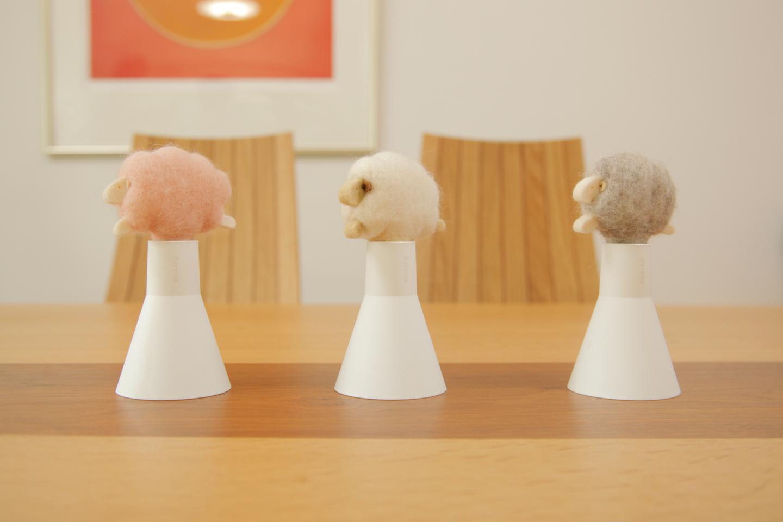 天然の羊毛フェルト素材で手づくりされた羊がかわいいボトルディフューザー。「スリープシープ アロボックル」各¥1,944(税込)、別売エッセンスオイルボトルは「ディープブレス/クールダウン/スイートドリーム」3種の香り、各¥1,620(10ml)