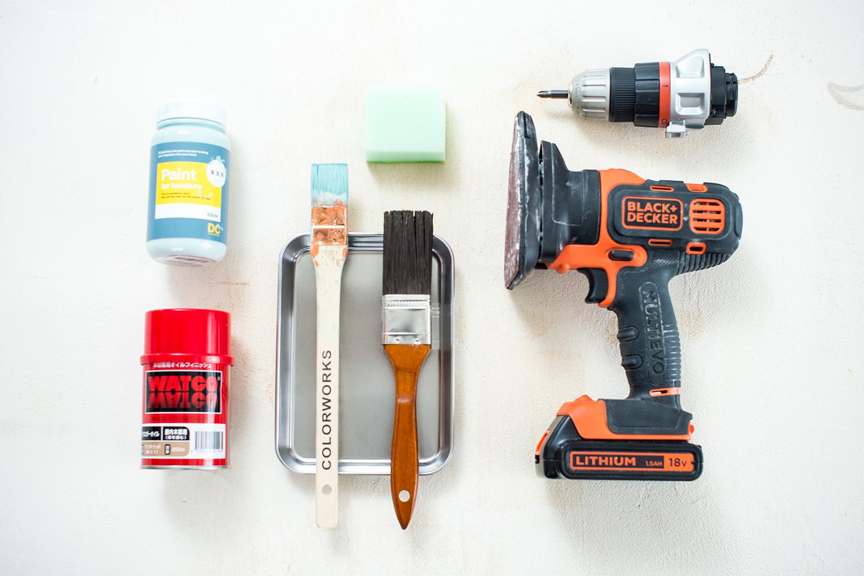 (左上)使用する塗料、(左下)オイルステイン、(真ん中上)スポンジ、(真ん中下)ハケ✕2、(右上)電動ドリル、(右下)ミニサンダー