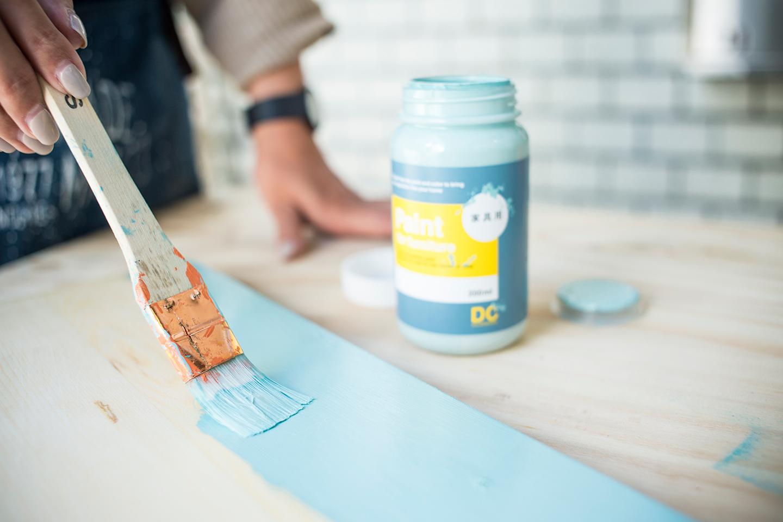 各部を塗り終えたら、風通しの良い場所などで乾燥。塗料にもよるけれど、目安は晴れの日で1〜2時間。塗料が完全に乾ききったら次の工程へ