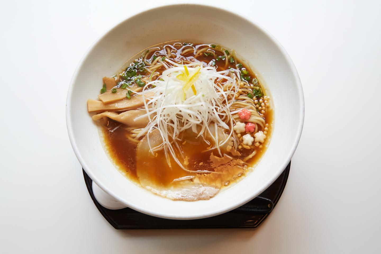 らーめん(あっさり/¥770)。価格はこってりと同料金で、動物系と魚介系のスープの構成比が変わります。同じ素材ながら、比率でここまで味が違うというお手本的な一杯