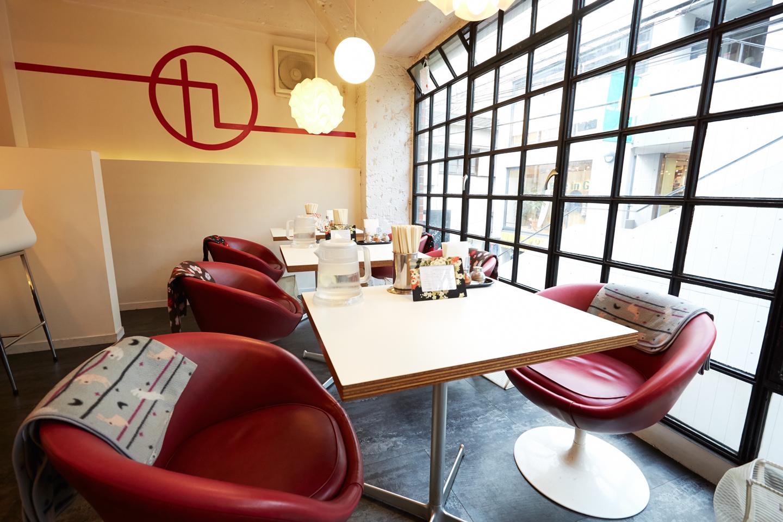 ゆとりのあるスペースに、テーブル席が用意。椅子は柔らかいソファで、深く腰をかけてまったりできます