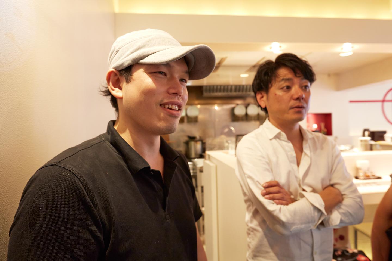 井上貴史店主と田中さん。ふたりで券売機を見ながら、限定メニューの話を中心にラーメン談議に花が咲きます