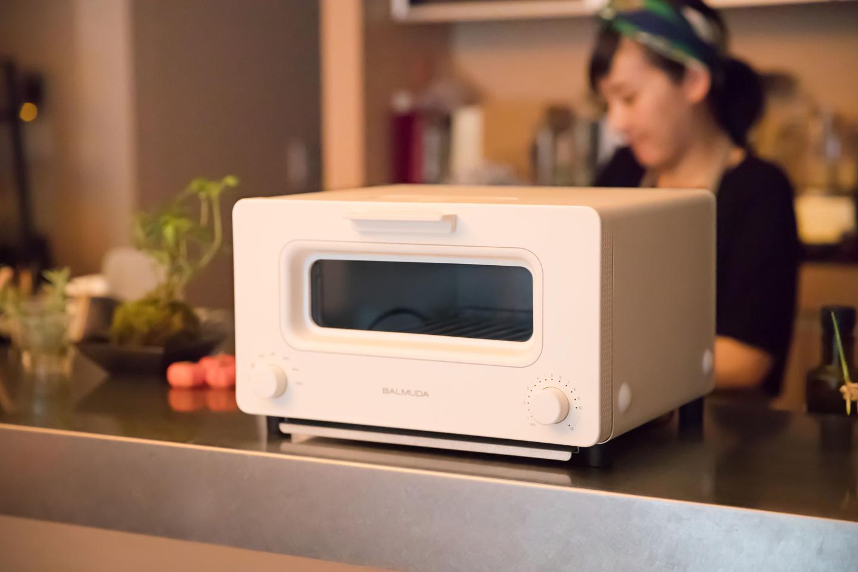「バルミューダ ザ・トースター」。究極のトースターを目指して開発された2015年の大ヒット商品。バルミューダだけのスチームテクノロジーと完璧な温度制御により、普通のトーストとは思えない感動の味を実現しました