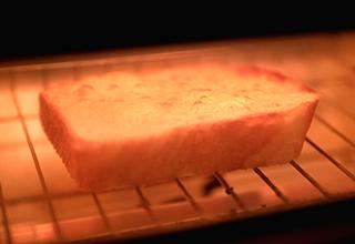 """ふつふつとチーズが「ザ・トースター」のなかで""""踊る""""様子が楽しい! 見た目でも匂いでも、とにかく食欲が刺激されてしまいます"""