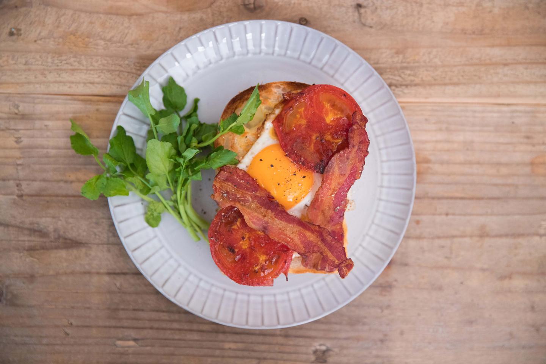 ベーシックなタイプとして提案してくれたのが、この「ボリュームモーニングトースト」。ベーコンの旨味とトマトの酸味、そしてまろやかな卵がトーストと一体になってとってもおいしいです