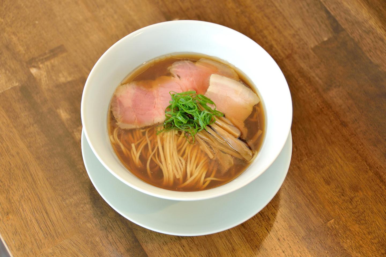 醤油拉麺(¥750)。淡麗系を思わせる優美なルックスですが、いただいてみるとどっしりとした旨みに驚かされます