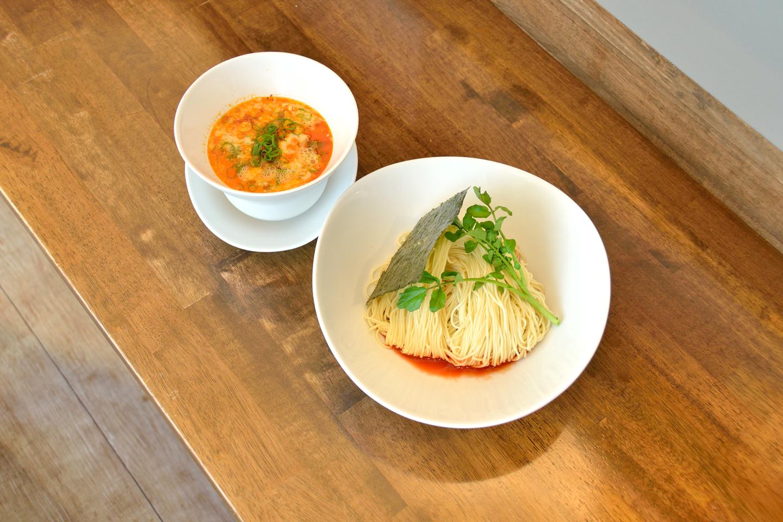 担担つけ麺(\880)。つけ汁は通常の担担麺より甘味と酸味を強め、麺は冷水で締めるのを計算してやや長めに茹でられています。つけ麺ならではの清涼感を楽しめる一杯に