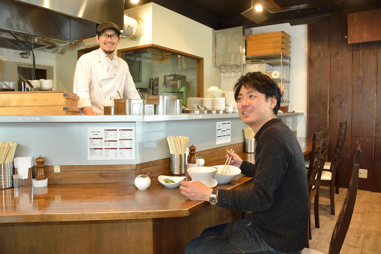 終始リラックスモードの齋藤さんと田中さん。いまでは共通の友人の誕生会をこの場所で開催するほどの親密な関係です