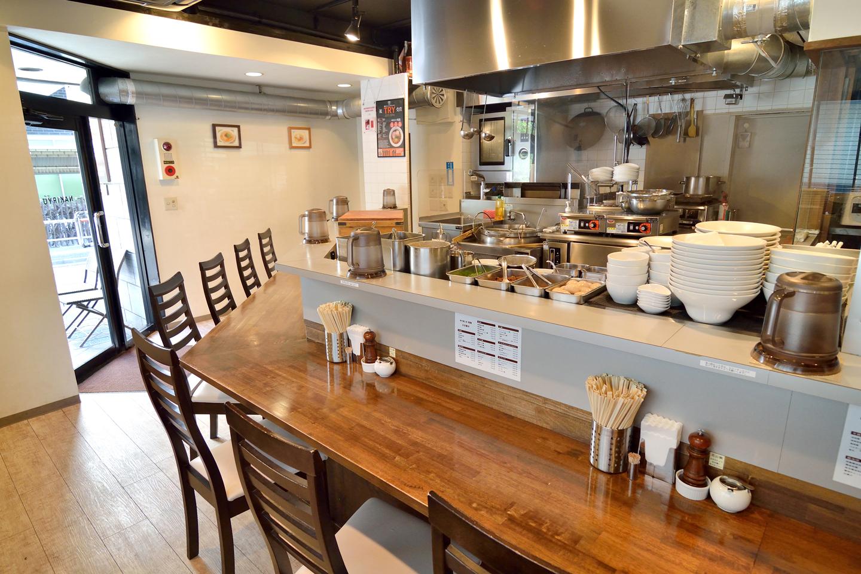 白亜の空間に、オープンキッチンを囲むように設けられたカウンター席。さながら美食のステージといえるでしょう