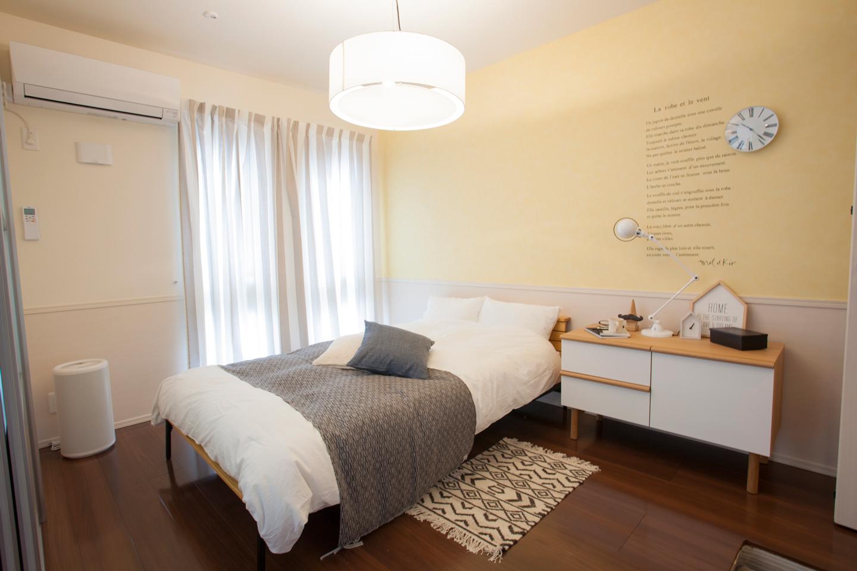 イエローの壁を生かした心地よいベッドルーム。高めのベッドやチェストを選んだのは、犬が上っていたずらしないための工夫でもあります