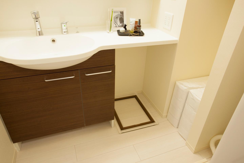 犬のトイレは洗面台の下に配置できるようにスペースを確保してありました。床は粗相をしても掃除がしやすく、匂いが気にならない素材を使っているそう