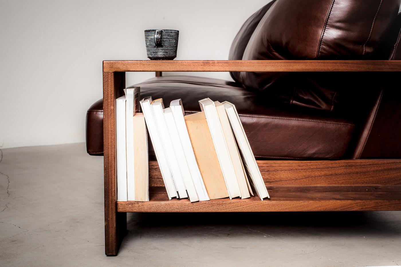 幅23cmと広くとられたアームは、テーブル、また本棚として活用が可能です。