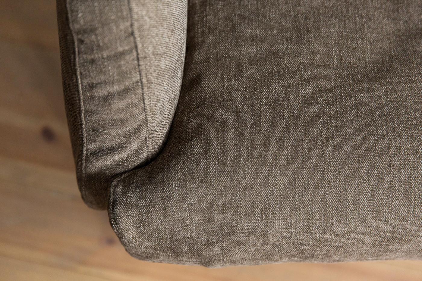 座面は羽毛+ウレタンフォームの2層、背面はチップウレタンフォームを加えた3層、肘掛けはさらに樹脂綿を加えた4層からなり、身体を包み込むように受け止めてくれます。張地は32種の素材・カラーから選択可能。