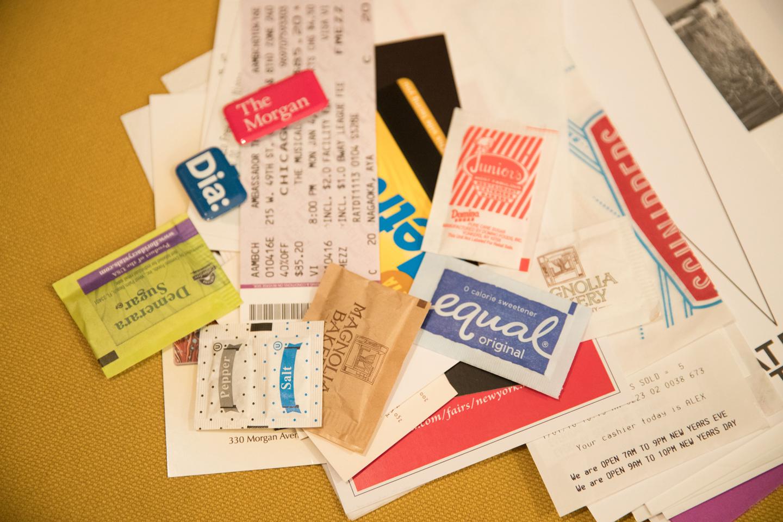チケット類やレシート、パンフレットのほか、雑貨店の袋など、かわいいと思った紙ものはなんでも素材になるんです。ソルトアンドペッパーやシュガーまで!