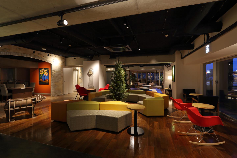コーナーごとに表情を変えるD-room Shareささしまのリビングスペース。一人暮らしではあり得ない共用設備を利用できるのもシェアハウスならではの特権