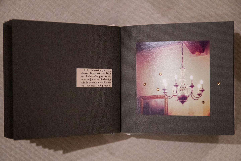 永岡さんがアルバム本体から自作したもの。中綿が入った布張り表紙に濃紺のリボンがシックなイメージです。コラージュした写真はシンプルに構成しつつ、ラインストーンをあしらうなどさりげなく手が込んでいます