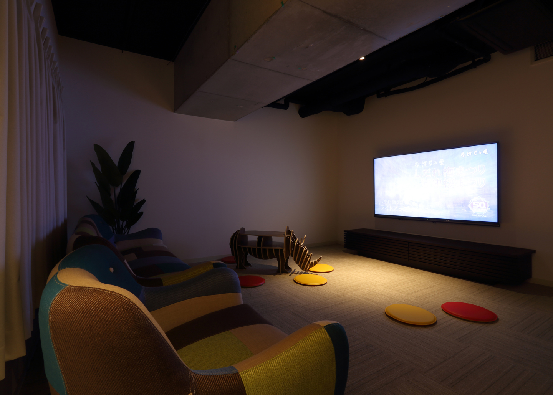 D-room Shareささしまのシアタールーム。大画面、大音量で映画を、一人でも、仲間と大勢でも楽しめるのがシェアハウスのメリット