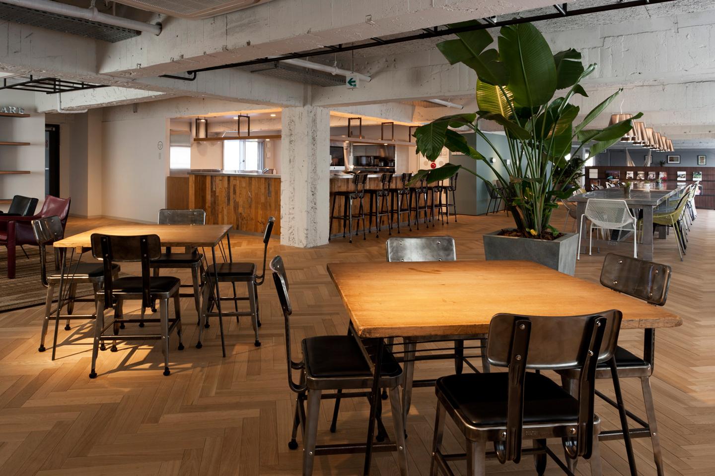 THE SHAREのロビー&ダイニングスペース。入居者同士の交流の場としてだけでなく、シェアオフィス入居者と来客がビジネスの打ち合わせをする場としても利用されるので、適度にソーシャルな空気感が生まれる