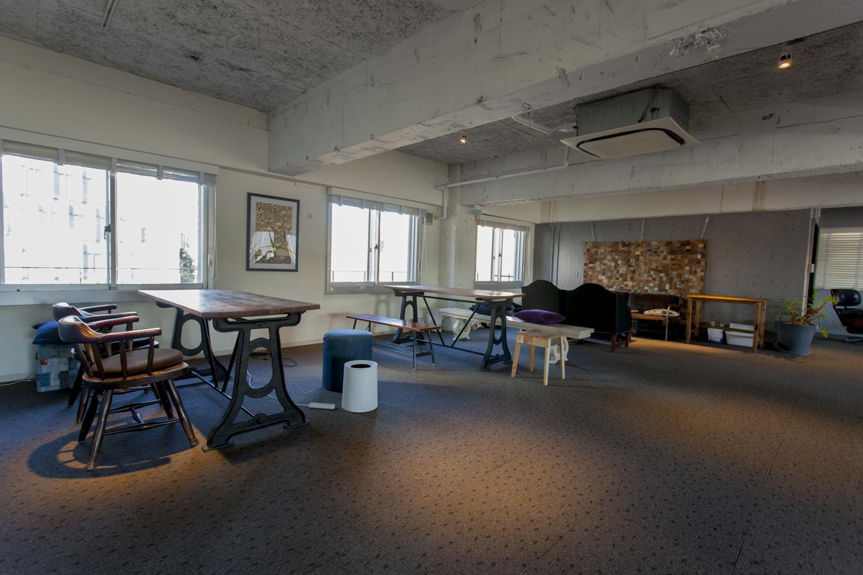 大きな窓から日差しが気持ちよく差し込むラウンジ&ライブラリーはアパートメント居住者専用。椅子やソファがたくさん配置されて、思い思いにくつろぐことができる。ハンモックで読書なんて夢も叶う