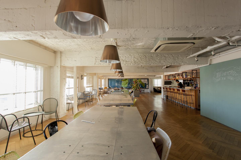 広々としたスペースを取ったキッチン&ダイニングスペース。ヘリンボーンの床も味わいがある。一番奥に見える大きなマップがシェアマップ。周辺情報が交換され、アパートメント、オフィス入居者で、交流が生まれる場でもある