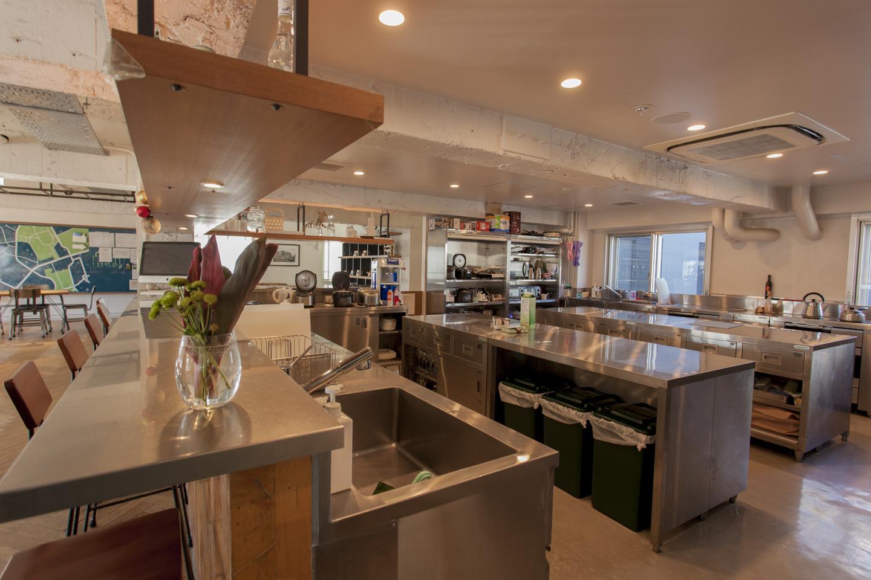 広くて使いやすいTHE SHAREのキッチンスペース。日々の料理やパーティ利用時などの一時的な保管に使える共用の冷蔵庫も設置されている