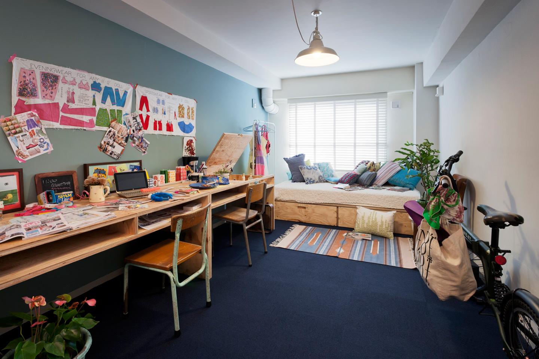 女性専用フロアの居住スペースイメージ。照明やベッド、机、椅子は備え付けで、シャワールームやトイレ、ランドリーは同フロアに設置してあるので安心