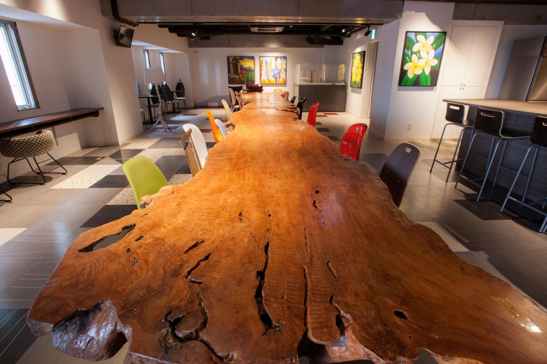 天然木の大きな天板が特徴のダイニングテーブルでは入居者同士の会話が弾む