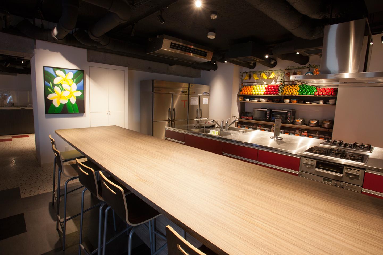 明るい色調でしつらえられたキッチンスタジオ。みんなで食材を持ち寄ってワイワイ料理するのも楽しそう
