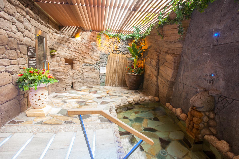 居住者専用のスパリゾート「天然ささしま温泉」が利用できる。シェアハウスはシャワールームのみのため、12枚綴りのチケットを2,000(税込)で販売