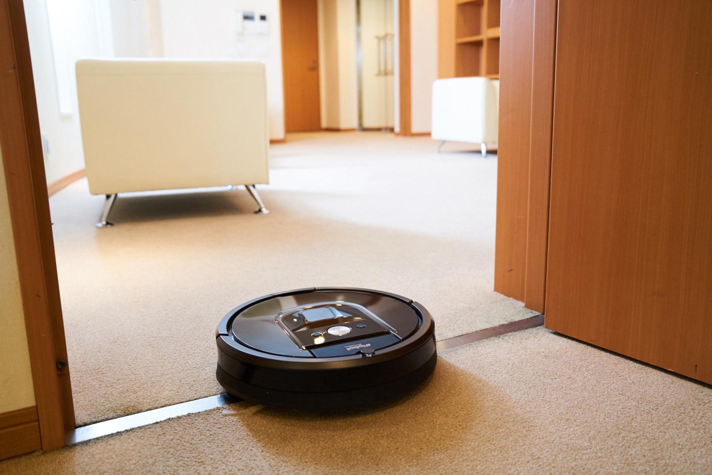 部屋の敷居を軽々と乗り越えて掃除するロボット掃除機。(撮影モデル:ルンバ980 実売価格 13万5000円[税込])