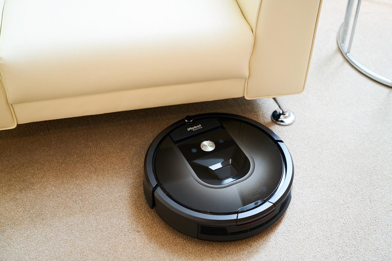 ソファの下の奥など普通の掃除機では入り込めない場所も清掃してくれる