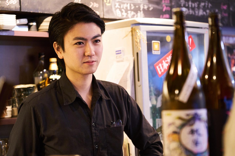 友寄 樹さん Profile:東京都生まれ。西麻布の交差点から徒歩2分、路地の一角から毎夜にぎやかな声が聞こえる人気店「西麻布 角屋」の店主。17歳から日本酒提供者の道を歩み、取材当日に29歳の誕生日を迎えた