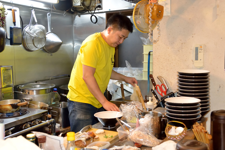 カウンターのみの6席という店内は厨房も狭小。とはいえスペースをうまく活用し、スープをしっかり炊くのはもちろんチャーシューもオーブンでじっくり焼き上げています