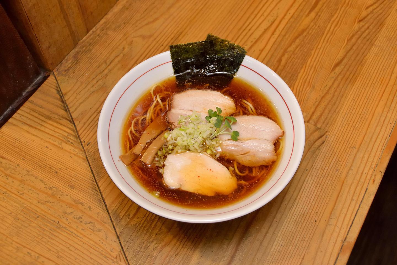 しもふり中華そば(¥750)。丸鶏と鶏ガラによるスープに数種の魚介と乾物のダシをブレンドし、凪製麺の平打ち中細ストレート麺が絡みます