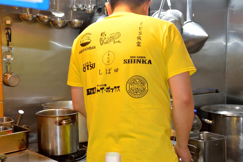 窪川さんがこの日着ていたTシャツは、「WORK SHOP」というラーメン店仲間の組織のもの。「ラーメン作りは皆真面目ですが、ゆるい性格の店主が多くて楽しいんです」と、最もゆるそうな窪川さんがニッコリと教えてくれました