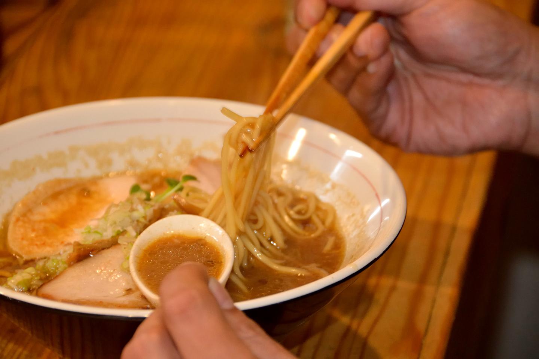 麺は「しもふり中華そば」と一緒ですが、提供直前に小鍋で煮込んでスープとなじませるとか。味噌のトロみと相まって乳化が深まり、ご飯がほしくなる味わいに