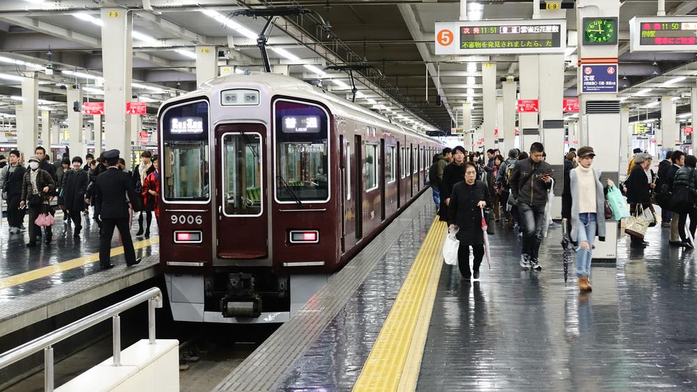 """電車や駅前など、住民が多く行き来するパブリックスペースに足を運んでみましょう。どんな人たちが暮らしているか、街の""""顔""""が見えるはずです。"""