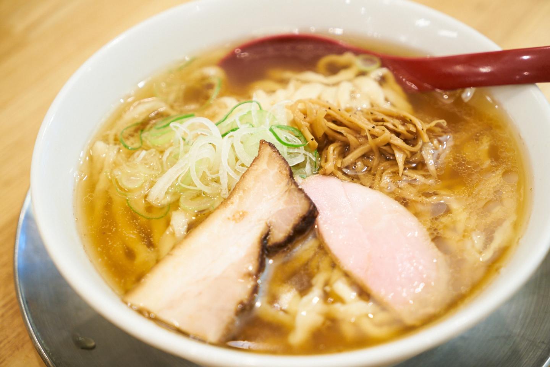 喜多方らーめん(醤油)並盛150g(¥820)。弓削田醤油の「吟醸純生しょうゆ」をかえし(タレ)のベースに、丸鶏と煮干しによるスープを合わせた一杯です