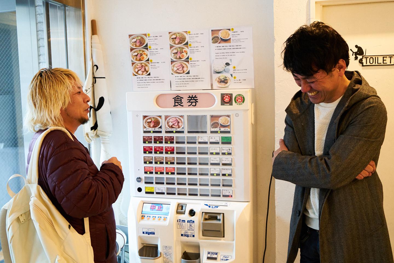 阪田店主とのマニアックなラーメン談議に花を咲かせる田中さん。知人のラーメン好きから紹介され、いまではお酒を酌み交わすほどの仲だそうです