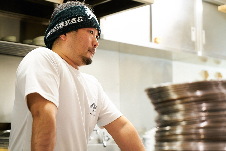 取材時、店主の代わりにラーメンを作ってくれた店長の佐藤勇二さん。ちなみに、七彩の店主は阪田さんのほかに藤井吉彦さんがいて、Wオーナー制というのも珍しい特徴です