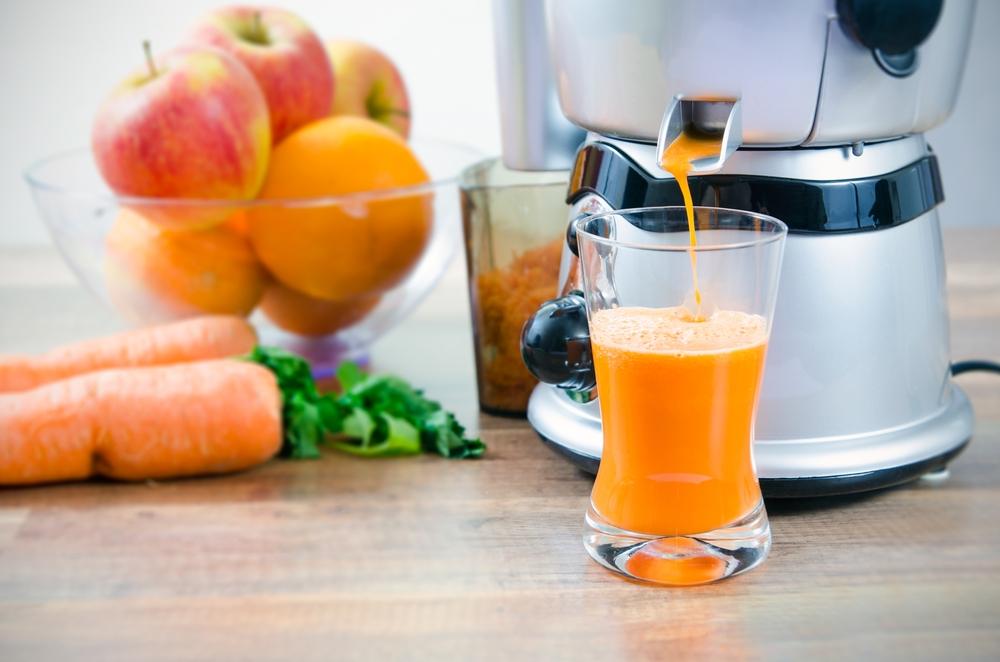 おすすめはリンゴとニンジンの果汁を絞ったジュース。胃腸に負担をかけないよう、繊維は取り除いて。