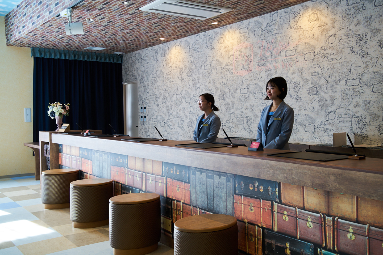 シックな雰囲気のレセプションエリア。東京ディズニーリゾート®に精通したスタッフがいて頼もしい