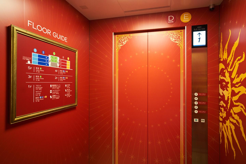エレベーターの中もアーティスティック♪